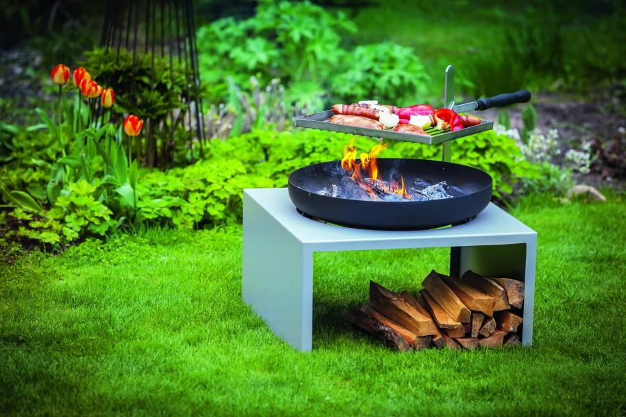 Namiastką otwartego ognia w ogrodzie może być grill węglowy