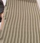 Zazwyczaj zaprawą pokrywa się tylko podłoże, można jednak także nanieść klej na spód płytki. Klej nakłada się pacą zębatą, aby lepiej pokrył powierzchnię płytek.