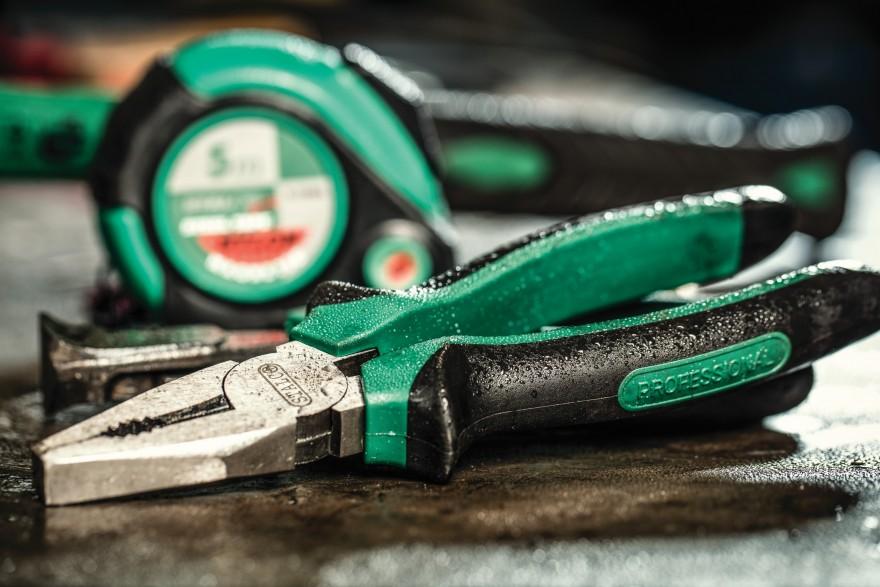 Zdj. 1. Trudno o bardziej przydatne narzędzie niż szczypce, potocznie zwane kombinerkami, które doskonale nadaje się do zaciskania dwóch powierzchni, odkręcania opornych śrub, czy też wyginania drutu lub trzymania obrabianego elementu.