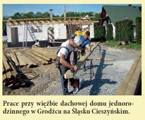 Prace przy więźbie dachowej domu jednorodzinnego w Grodźcu na Śląsku Cieszyńskim.