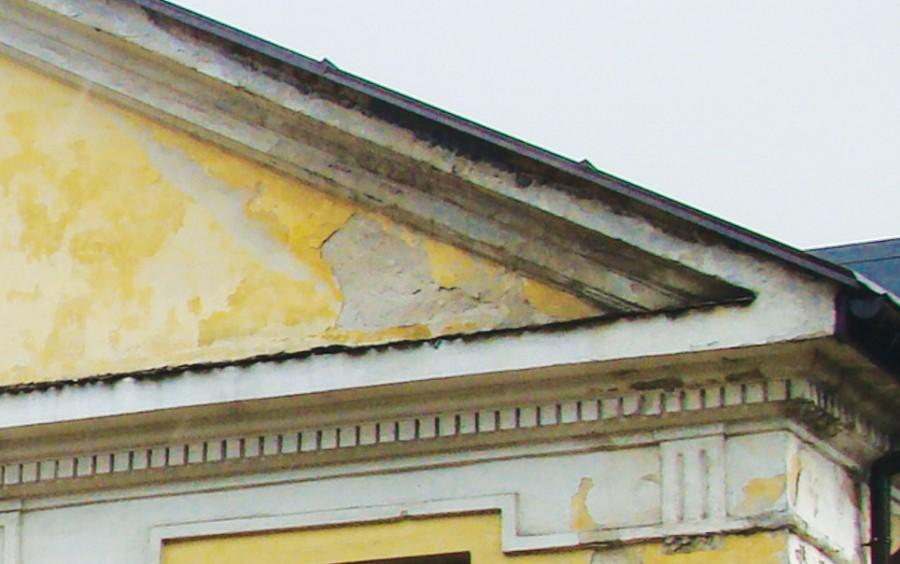 W tym przypadku woda zaciekająca z dachu zniszczyła tynk; niebawem mogą pojawić się glony.