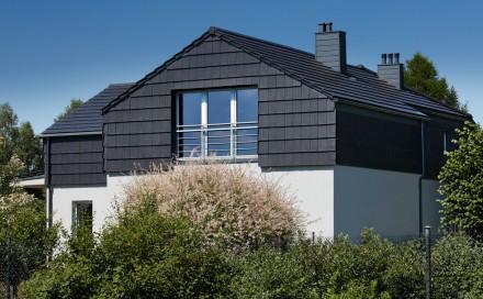 Pomocowanie rynien do krawędzi dachu lub oparcie ich na gzymsie to najpopularniejsze sposoby odprowadzenia wody z dachu bez okapu