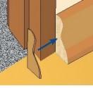 Z obu stron drzwi należy zakończyć listwy, przymocowując odpowiednie końcówki z tworzywa lub wąskie kawałki listwy uciętej pod kątem 45°.