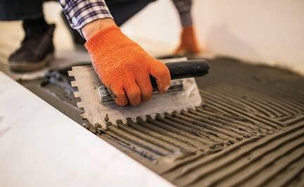 Do okładzin zewnętrznych można używać jedynie zapraw mrozo- i wodoodpornych, a w przypadku przyklejania plytek na dużych powierzchniach powinno się użyać klejów wysokoelastycznych.