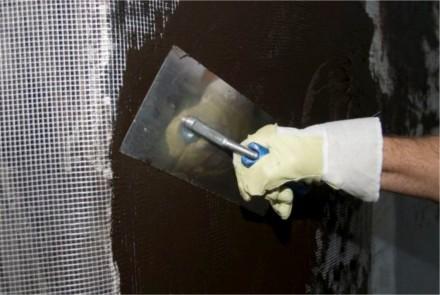 Zdj.4. W zależności od rodzaju obciążenia: wykonanie wzmocnienia poprzez wtopienie siatki z włókna szklanego w pierwszą warstwę izolacji Botament® BM 92 Schnell lub BM 92 Winter.