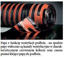 Papa z funkcją wentylacji podłoża - na spodzie papy widoczne są kanały wentylacyjne w charakterystycznym czerwonym kolorze oraz czarne pasma klejące papę do podłoża