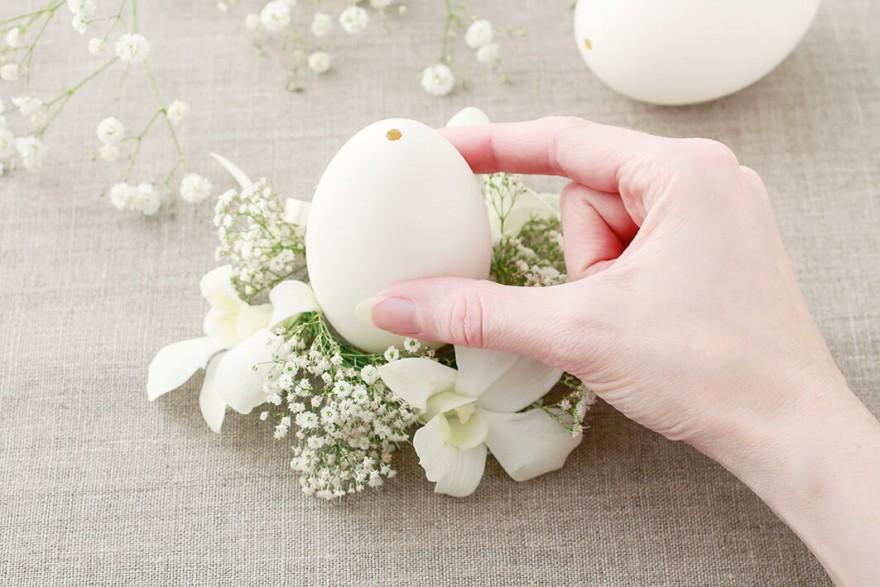 5. Każdą wydmuszkę umieszczamy na osobnej kwiatowej dekoracji.