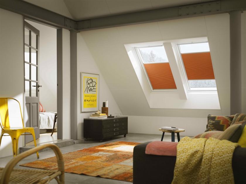 Rolety na okna dachowe osłaniają poddasze, dając nie tylko zacienienie, ale również zabezpieczając przed nagrzaniem (fot. Velux)