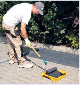 Impregnat nanosimy, po całkowitym wyschnięciu przygotowanego podłoża, równomiernie przy pomocy pędzla, wałka lub opryskiwacza.