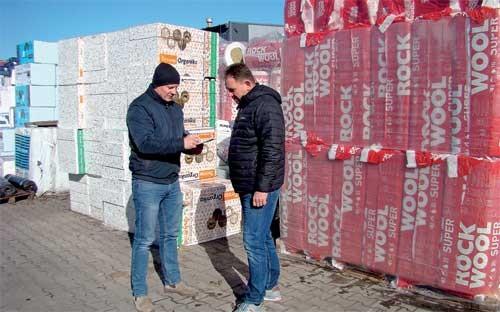 Tomasz Krzywda i Jacek Kopeć rozmawiają na placu składowym oddziału firmy Kenpol w Piotrkowie Trybunalskim.