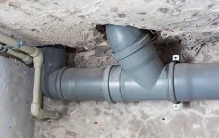 Zdj 3. Wymiana instalacji kanalizacyjnej wymaga najczęściej rozkuwania ścian, dlatego przeprowadza się ją podczas gruntownego remontu domu.