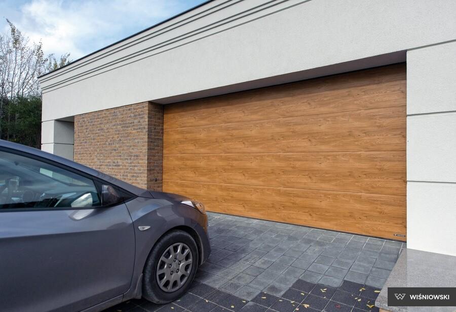 Garażowa brama segmentowa musi być wyposażona w napęd