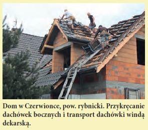 Dom w Czerwionce, pow. rybnicki. Przykręcanie dachówek bocznych i transport dachówki windą dekarską