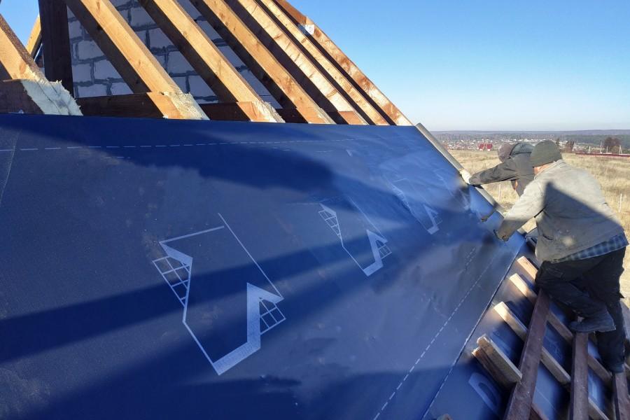 Membranę dachową montuje się na krokwiach