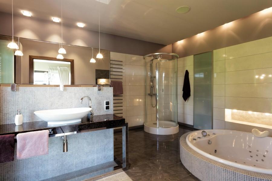 W łazience powinno być kilka źródeł światła, by całe pomieszczenie i każda z jego stref były dobrze oświetlone
