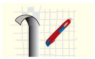 Sprawdzanie przyczepności podłoża: na niewielkiej powierzchni wykonuje się krzyżowo nacięcia za pomocą nożyka technicznego, przykleja kawałek taśmy malarskiej i energicznie odrywa. Jeżeli powłoka w większości odspoi się od podłoża, należy ją usunąć.