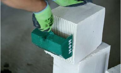 W przypadku murowania elementów gładkich należy wypełnić spoinę pionową.