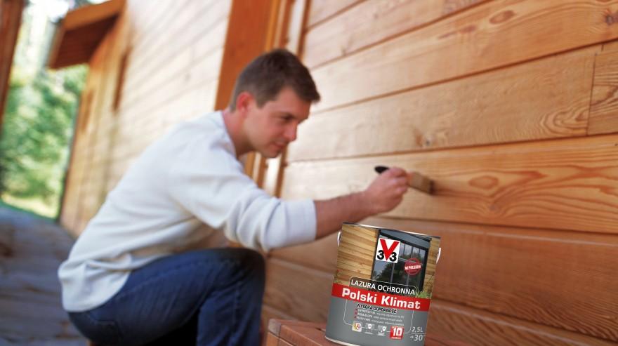 Zdj. 4. Malowanie drewna lazurą ochronną musi być przeprowadzane w warunkach pogodowych zapewniających właściwe wysychanie. Źródło: Archiwum CLEMATIS.