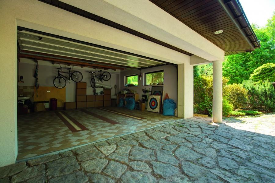 Garaż w domu jednorodzinnym rzadko jest wyłącznie miejscem, w którym nie ma nic poza stanowiskami dla aut. Aby był funkcjonalny, powinien zakładać również dodatkową przestrzeń