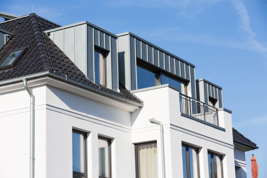 Aby gzymsy i opaski okienne były ozdobą elewacji, trzeba o nie odpowiednio dbać (fot. AdobeStock)