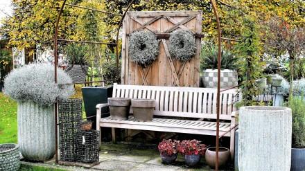 Zdj. 2. Aranżacje ogrodowe i tarasowe z udziałem roślin posadzonych w donicach, kwietnikach czy gazonach to dobra alternatywa dla ogrodowych rabat.