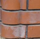 Wykwity powstałe na powierzchni cegieł klinkierowych usuwa się za pomocą przeznaczonych do tego celu środków chemicznych.