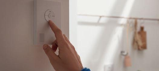 Wewnętrzny czujnik klimatu mierzy temperaturę, wilgotność oraz poziom CO2 w domu.