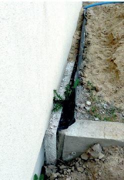 """""""Dylatacja brzegowa"""" tarasu naziemnego przy ścianie przyległego budynku – skutek braku koordynacji prac. Fot. M. Rokiel"""