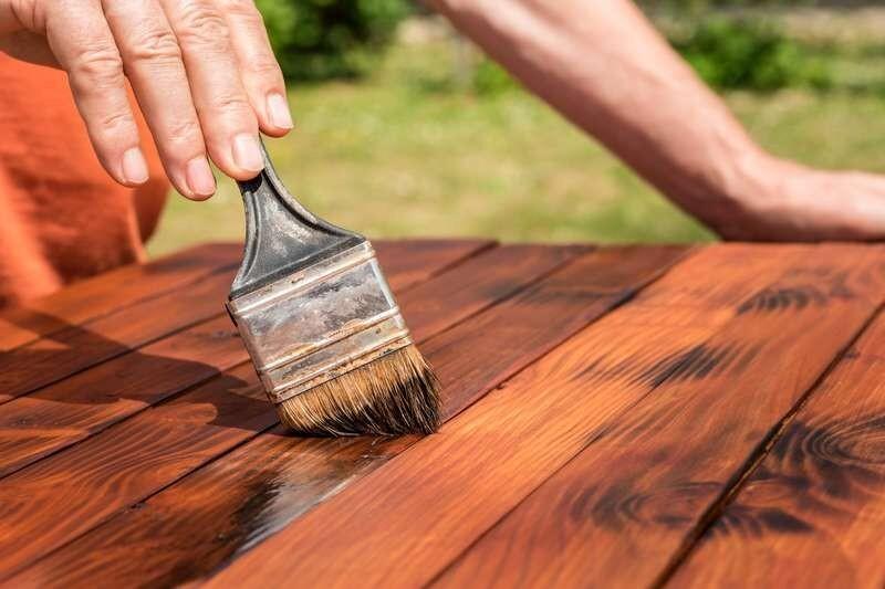 Większość preparatów zabezpieczających drewno nanosi się miękkim pędzlem