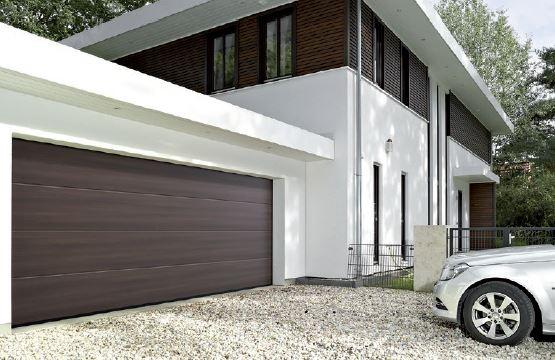 Wzory Duragrain imitujące egzotyczne drewno pozwalają dopasować bramę LPU 42 do eleganckiej, wykonanej częściowo z drewna elewacji.