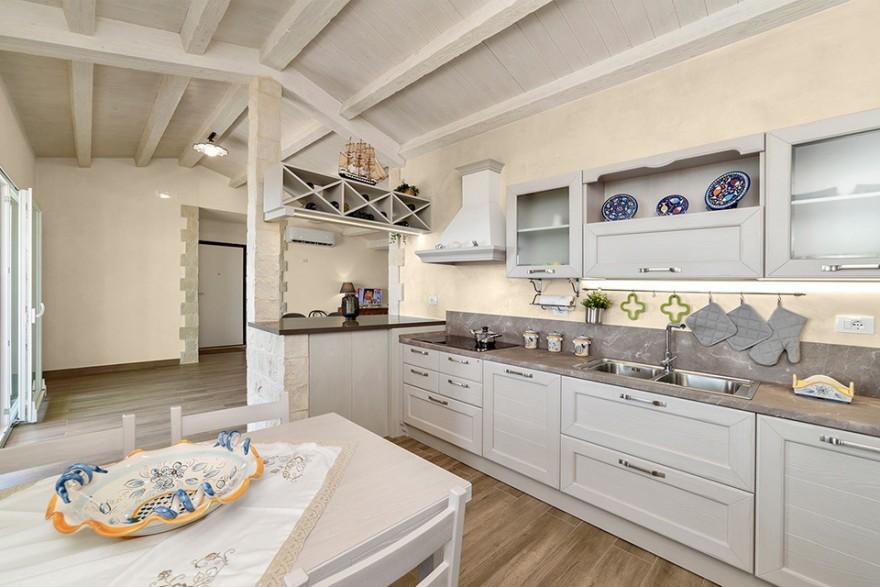 Рисунок.  2. На кухне в тосканском стиле подойдет белая стильная мебель с металлическими ручками и деревянными столешницами.  Источник: архив СНЕЖКА.