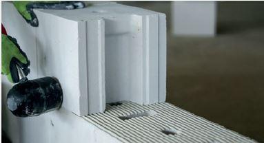 Ustawienie kolejnych bloczków w warstwie można korygować przy użyciu gumowego młotka.