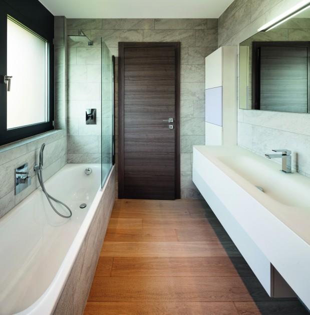 Drzwi z ukrytymi zawiasami tworzą jednolitą powierzchnię ze ścianą i działają porządkująco, co istotne, gdy miejsca jest niewiele