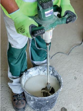 Gotowa zaprawa cienkowarstwowa powinna mieć konsystencję gęstej śmietany.