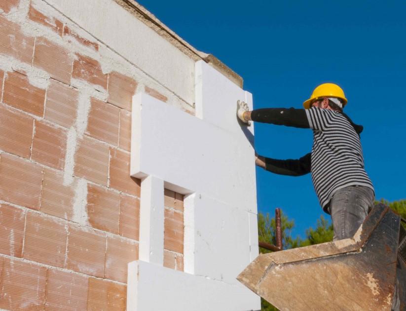 Izolacja ścian styropianem odznacza się dużą łatwością montażową oraz zadowalającymi parametrami (fot. AdobeStock)