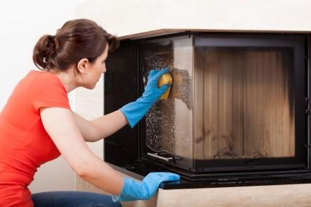 Szybę w kominku można czyścić wodą z dodatkiem płynu do mycia, przydadzą się też specjalne środki do czyszczenia szyb kominkowych