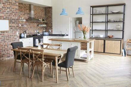Drewniana podłoga w kuchni nada przestrzeni elegancji