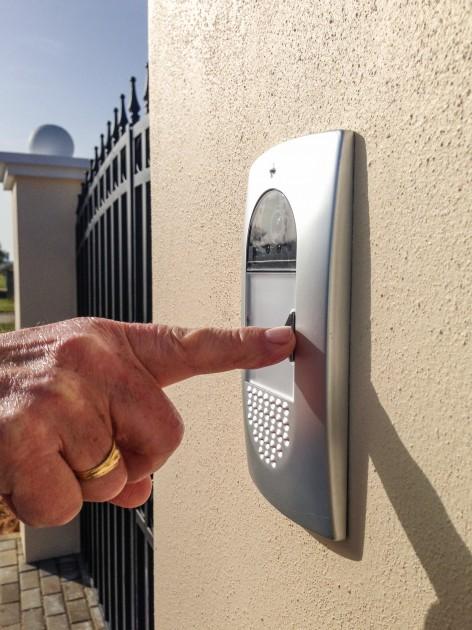 Dzwonek do drzwi powinien być odporny na czynniki atmosferyczne