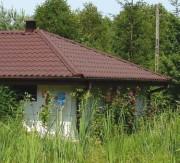Blacha wytłaczana w kształty dachówek znakomicie imituje materiał ceramiczny.
