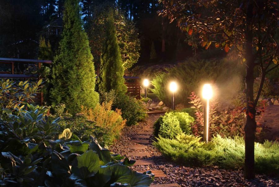 Słupki oświetleniowe umożliwiają swobodne poruszanie się po ogrodzie