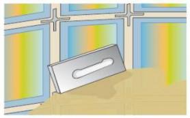 Zaprawę, przygotowaną zgodnie z zaleceniami producenta, nakłada się pacą do spoinowania, starannie wcierając w spoiny. Gdy zaprawa zwiąże, usuwamy jej nadmiar gąbką, wygładzamy spoinę, a następnie starannie, kilkakrotnie myjemy ściankę ciepłą wodą, aż do całkowitego usunięcia nalotu ze szkła. Jeżeli pustaki były zabezpieczone folią, usuwamy ją dopiero po skończeniu fugowania.