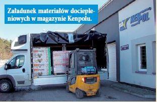 Załadunek materiałów dociepleniowych w magazynie Kenpolu.