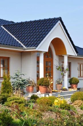 Do tradycji możemy nawiązać poprzez detal, wygląd elewacji, szczególny ornament, formę dachu czy też zastosowane materiały