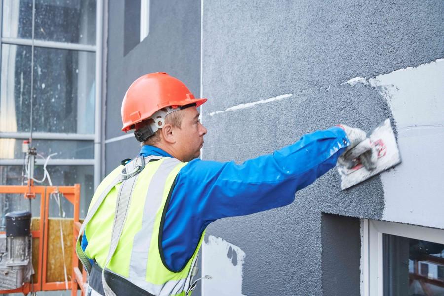 Tynk akrylowy nakłada się pacą ze stali nierdzewnej (fot. AdobeStock)