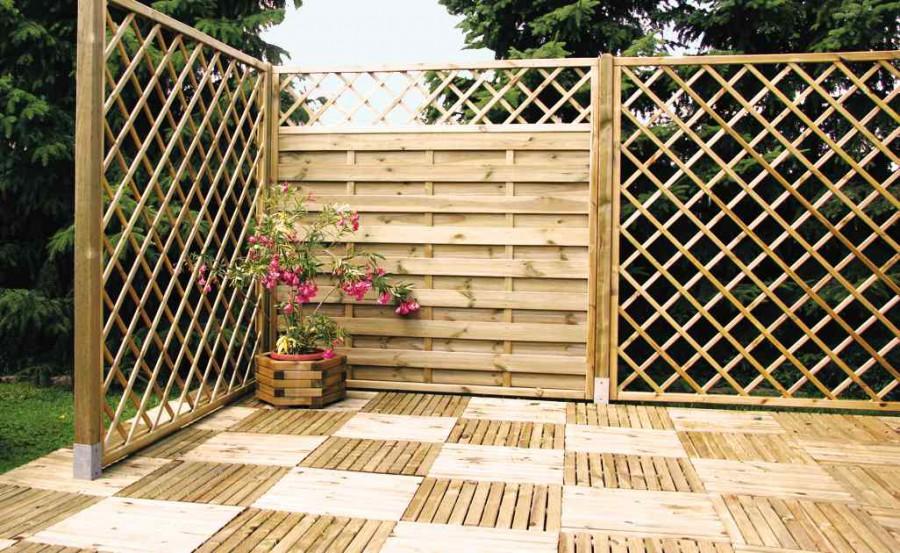 Drewniane podesty są produkowane z listewek łączonych w kwadratowe lub wielokątne panele.