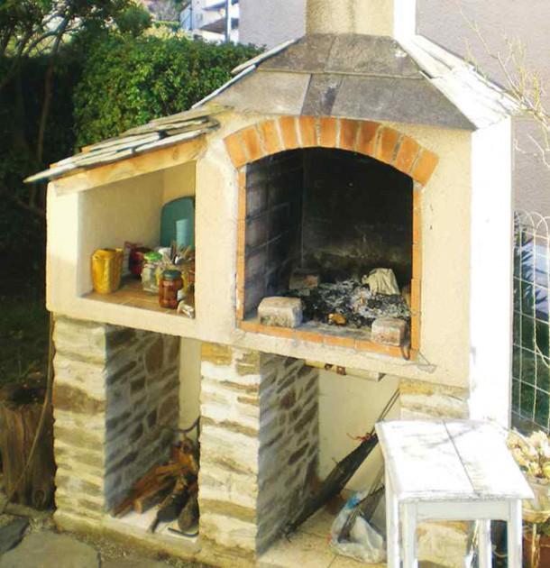 Ciężki grill powinien być posadowiony na fundamencie. W palenisku można umieścić szufladę na popiół.