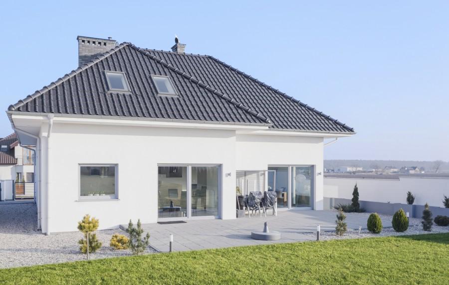 Duże przeszklenia wprowadzają wiele światła naturalnego do domu (fot. AdobeStock)