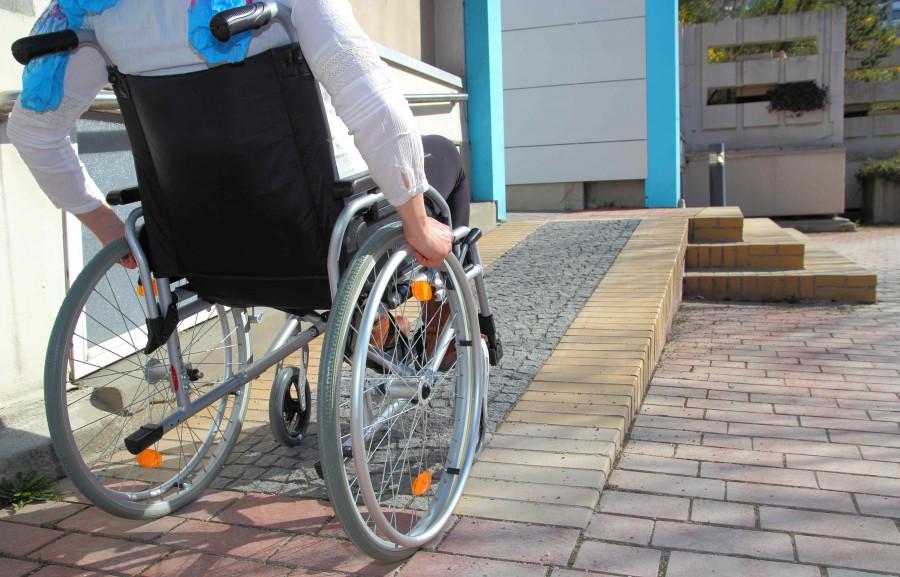 Odpowiednio adaptując projekt, można stworzyć bezpieczną i wygodną przestrzeń dla osoby mającej problemy z poruszaniem się