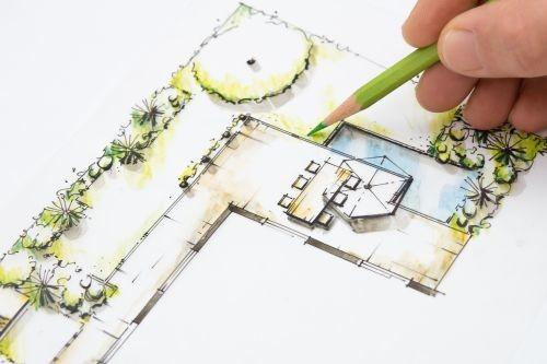 Do projektowania przygotujmy plan działki z naniesionymi obrysami budynków, drzew i krzewów, które pozostaną (fot. AdobeStock)