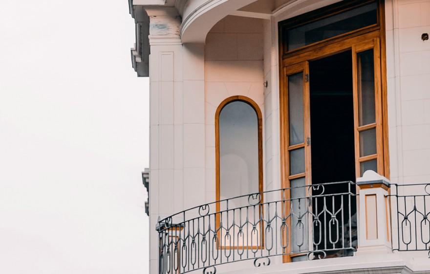 Balkony, tarasy i loggie spełniają funkcje zarówno estetyczne jak i użytkowe.